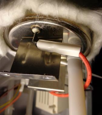 снимаем силовой провод питания нагревательного бака.jpg